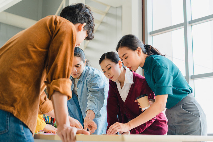 asian-businessmen-businesswomen-meeting-brainstorming-ideas-about-creative-web-design-planning-application-developing-template-layout-mobile-phone-project-working-together-small-office