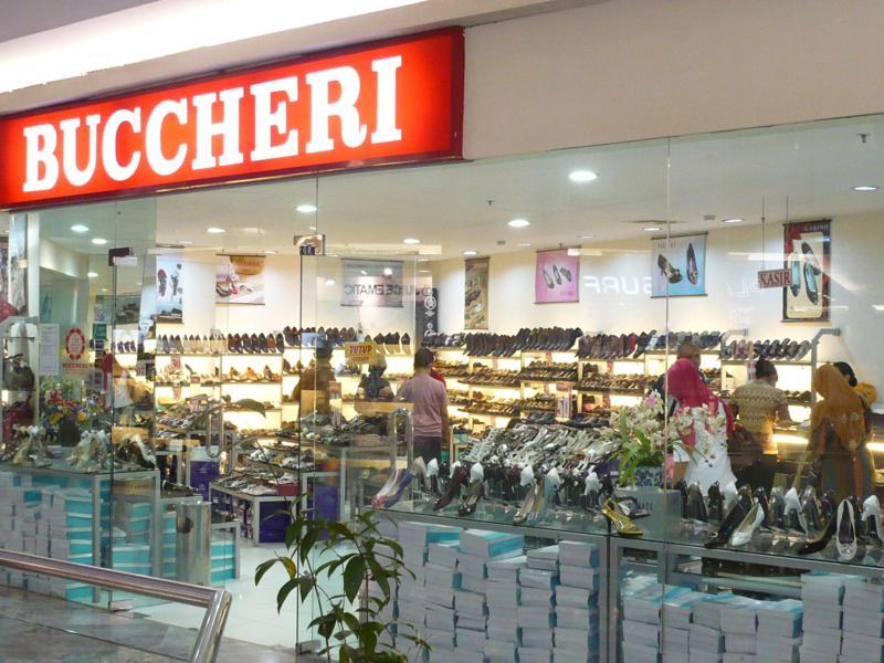 Produk sepatu dan tas ini nyatanya memang menarik perhatian mata para  wanita. Bahan kulit mengkilat dan model sepatu yang bervariasi kerap  menjadikan produk ... 2836fe2c5c