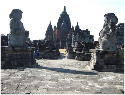 Arca Dwarapala di pintu masuk halaman Candi Sewu