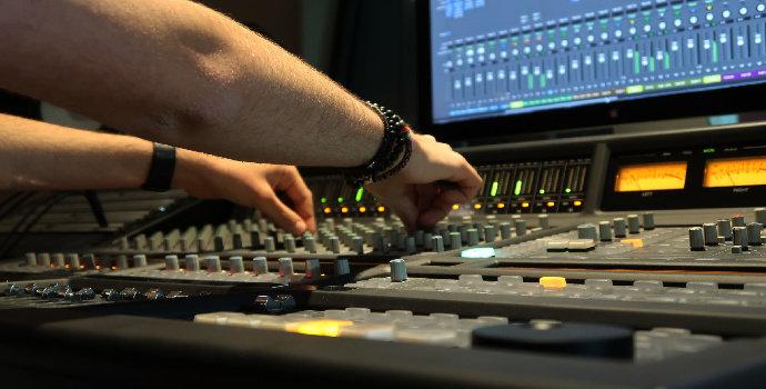 Apa peran sound engineer dalam seni pertunjukan musik?
