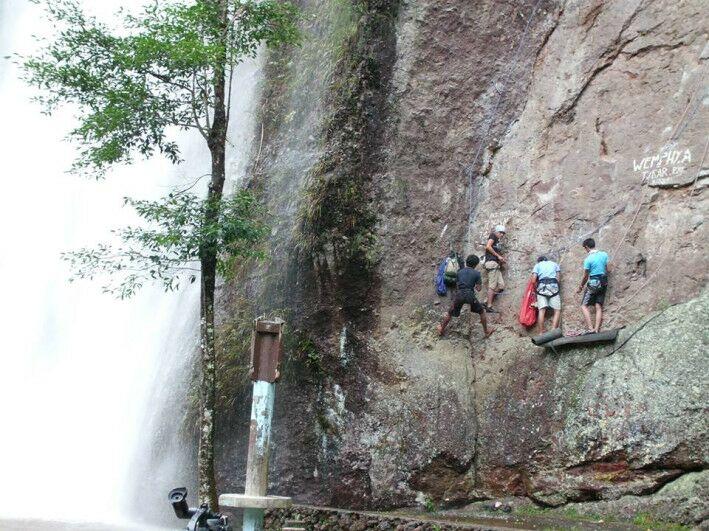 Rock-climbing-lembah-harau-sumbar