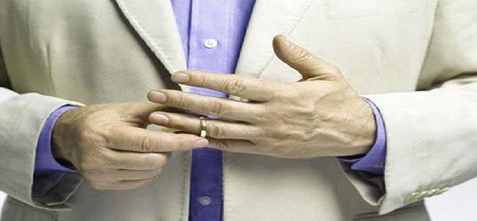 memakai perhiasan bagi pria