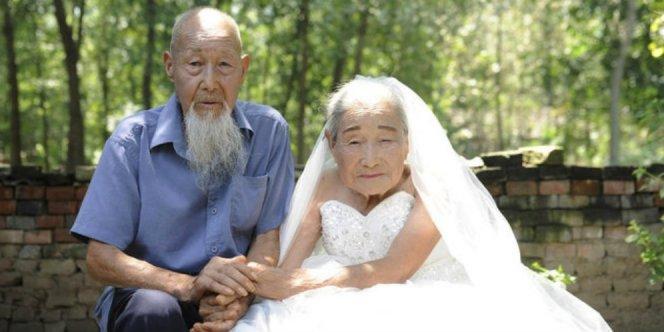 664xauto-romantis-kakek-nenek-ini-rayakan-ultah-pernikahan-160829w