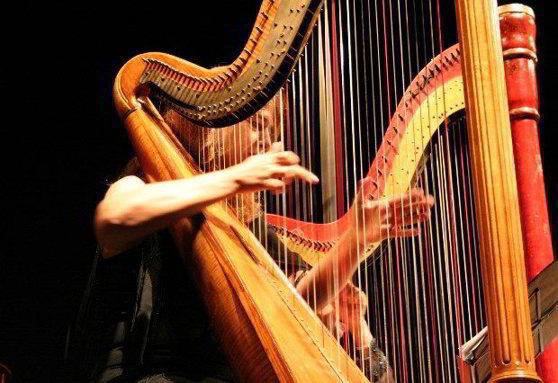 Cara-memainkan-alat-musik-harpa