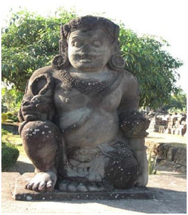 Arca Dwarapala (tampak depan) di Candi Plaosan yang terletak di sebelah utara menghadap selatan.