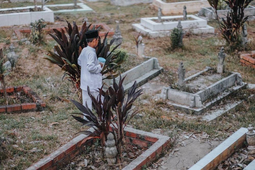 1027163-1000xauto-perjalanan-bocah-ke-makam-ibunya