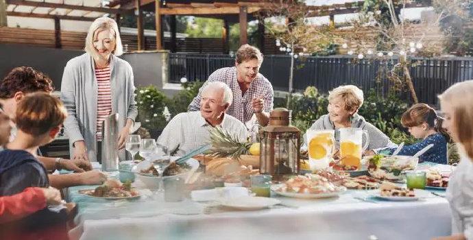 Bagaimana determinasi asupan makanan pada lansia ?