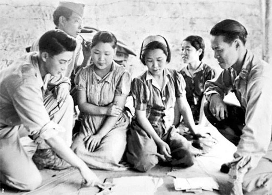 Jugun Ianfu asal Korea bersama dengan tentara Jepang.