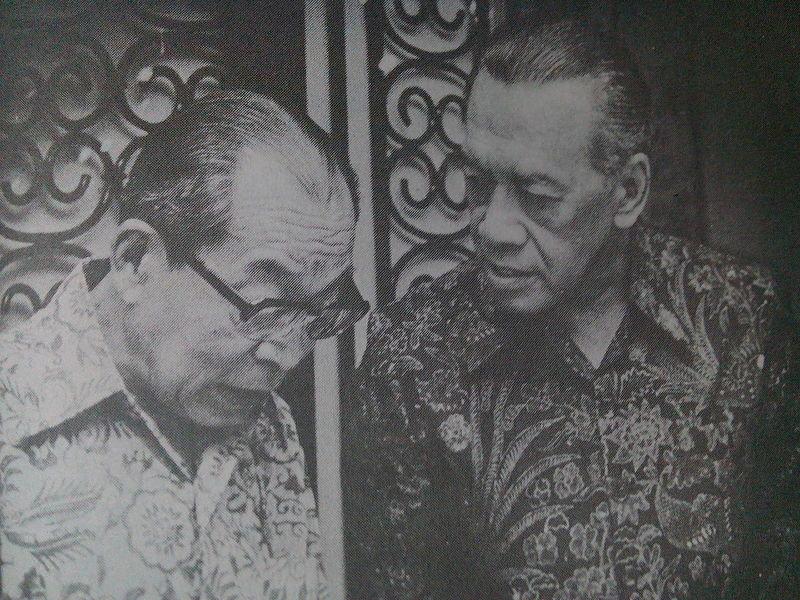 Sri Sultan Hamengkubuwono IX berbicara dengan Mohammad Hatta