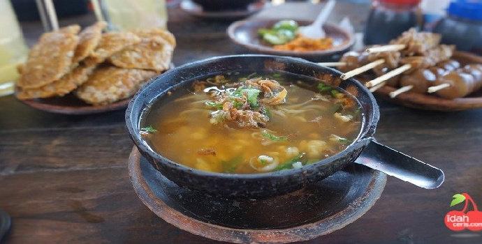 Nimatnya makan soto di tengah persawahan