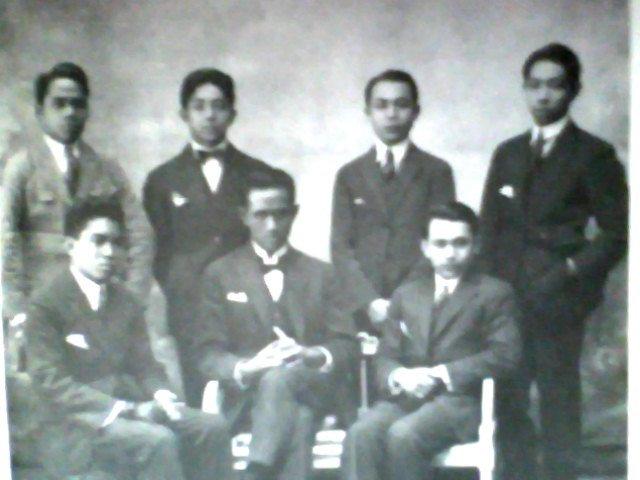 Hatta bersama para pengurus Perhimpunan Indonesia