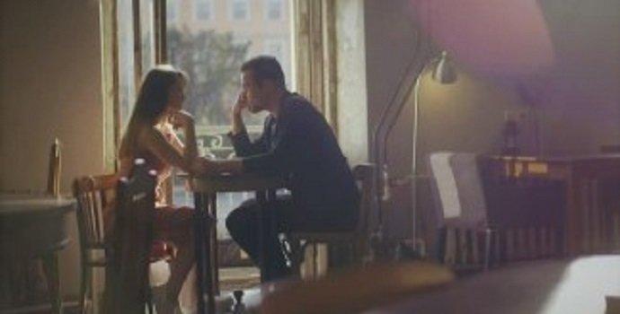 Ketika-Aku-Ingin-Hanya-Melihat-Matamu-Tatapan-Sepasang-Kekasih-di-Cafe