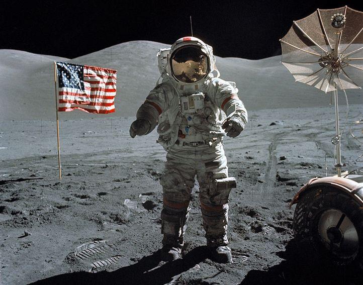 manusia mendarat di bulan