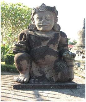 Arca Dwarapala di Candi Plaosan yang terletak di sebelah utara menghadap selatan.