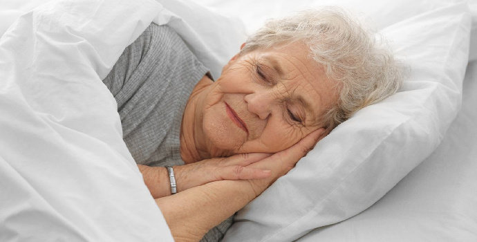 Bagaimana hubungan antara status gizi dengan kualitas tidur pada lansia ?